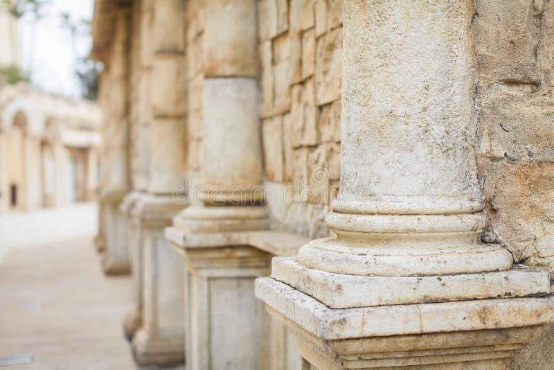 Chiuda sulla fila delle colonne che retrocedono nella distanza Colonne nel vecchio retro stile fotografie stock