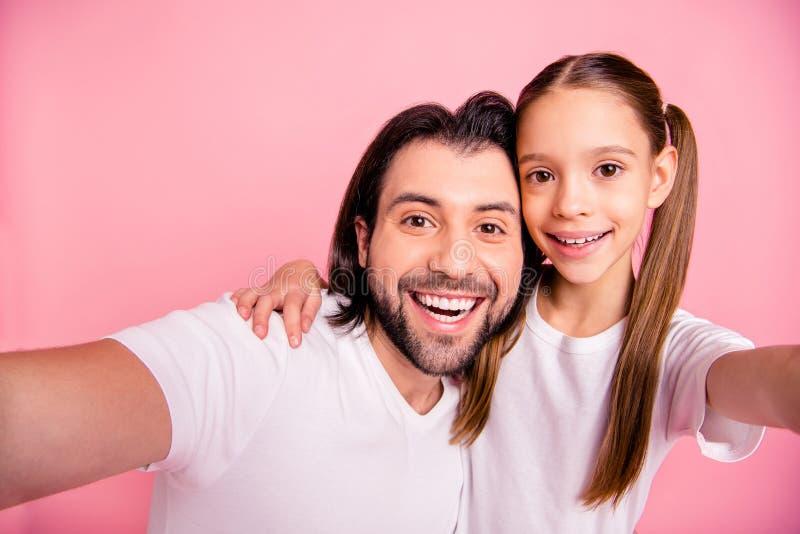 Chiuda sulla foto bella lei la sua piccola signora lui lui il suo singolo resto del papà per rilassarsi per fare prendere i selfi immagini stock