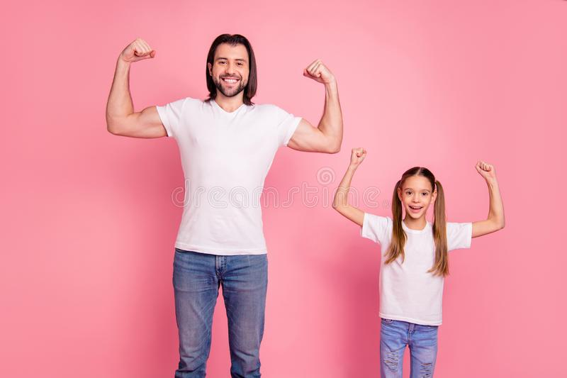 Chiuda sulla foto bella lei la sua poca piccola signora lui lui il suo pap? che mostra a pugni muscolari dei braccia di mani un l fotografia stock