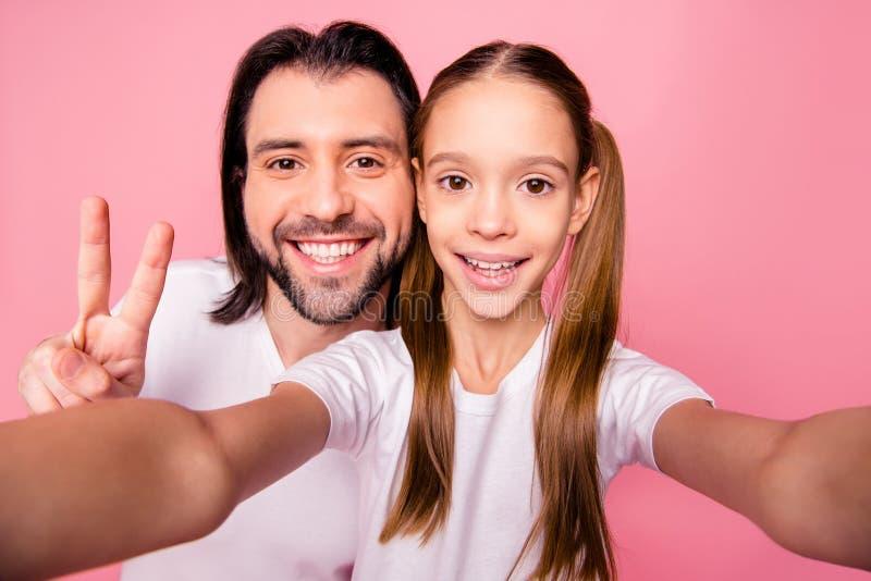 Chiuda sulla foto bella lei la sua poca piccola signora lui lui il suo singolo papà del papà per fare per prendere i selfies most fotografia stock libera da diritti