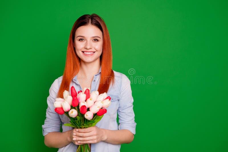 Chiuda sulla foto bella lei la sua signora i braccia di mani che giudicano fiori natura freschezza atteggiamento mattina l'8 marz immagine stock libera da diritti