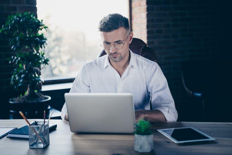 Chiuda sulla foto bella lui lui il suo migliore capo del tipo macho che ha lettere online del email di chiacchierata di affari di fotografia stock libera da diritti