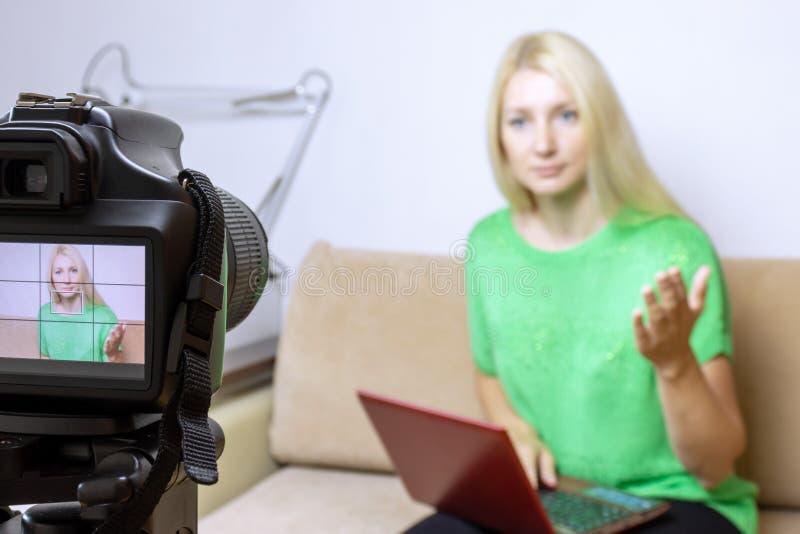 Chiuda sulla foto della macchina fotografica sul treppiede con la giovane donna sullo schermo LCD e la scena vaga su fondo Video  immagine stock libera da diritti
