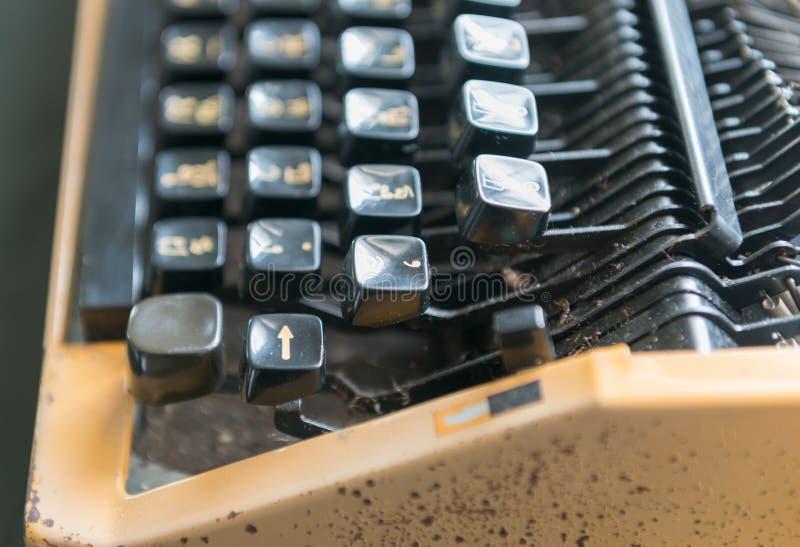 Chiuda sulla foto delle chiavi antiche della macchina da scrivere, fuoco sopra entrano nella chiave fotografia stock
