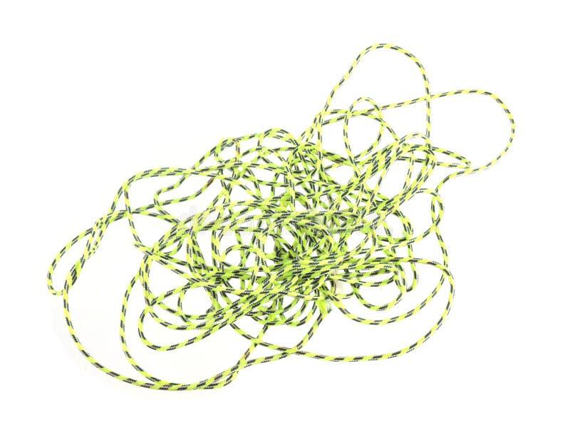 Chiuda sulla foto di corda verde o sulla cordicella su un fondo bianco fotografia stock