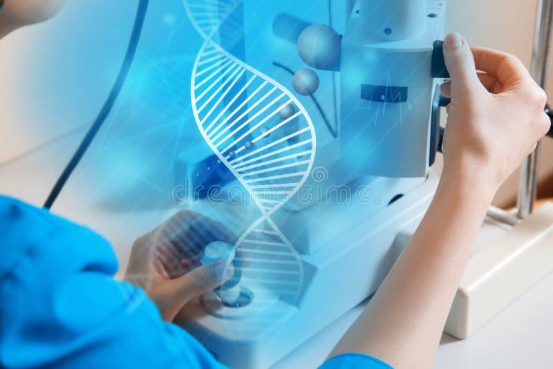 Chiuda sulla foto di medico alla macchina della medicina del lavoro fotografie stock libere da diritti