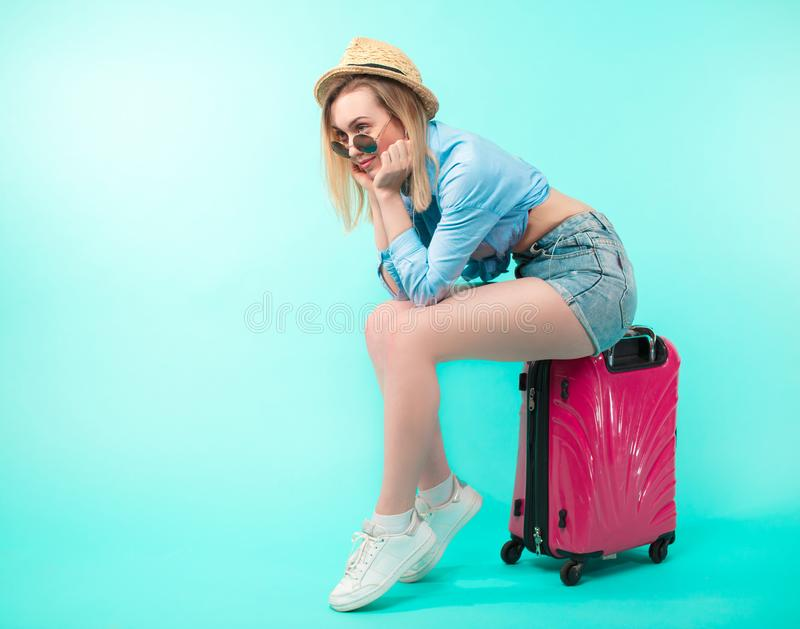 Chiuda sulla foto di vista laterale di giovane ragazza bionda piacevole che aspetta il treno immagini stock libere da diritti