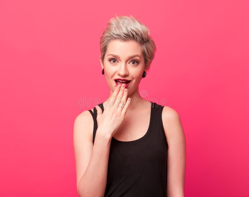 Chiuda sulla giovane donna graziosa che mostra oops l'espressione fotografie stock libere da diritti