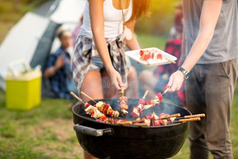 Chiuda sulla griglia con il barbecue immagini stock
