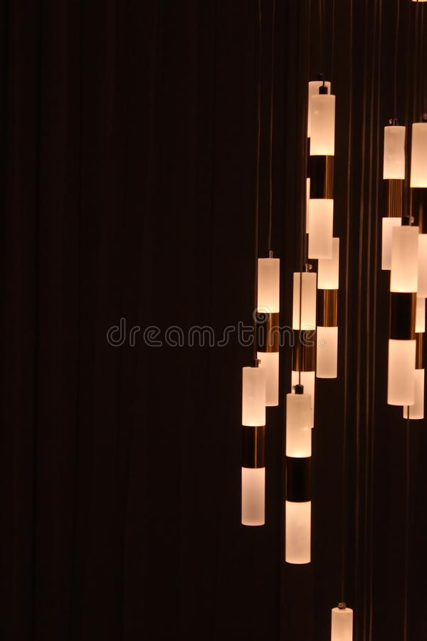 Chiuda sulla lampada bianca dentro la casa fotografie stock