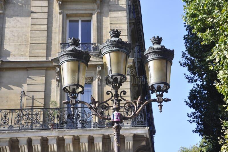 Chiuda sulla lampada sulla via a Parigi immagini stock
