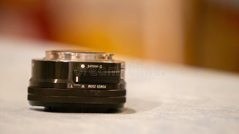 Chiuda sulla macro fotografia di Sony usato lente del E-supporto da 16 - 50 millimetri per un DSLR mirrorless immagine stock libera da diritti