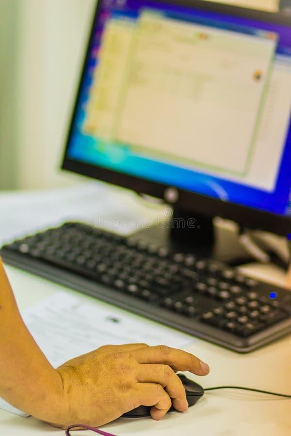 Chiuda sulla mano della Software Engineer sul topo durante il progr di prova immagini stock