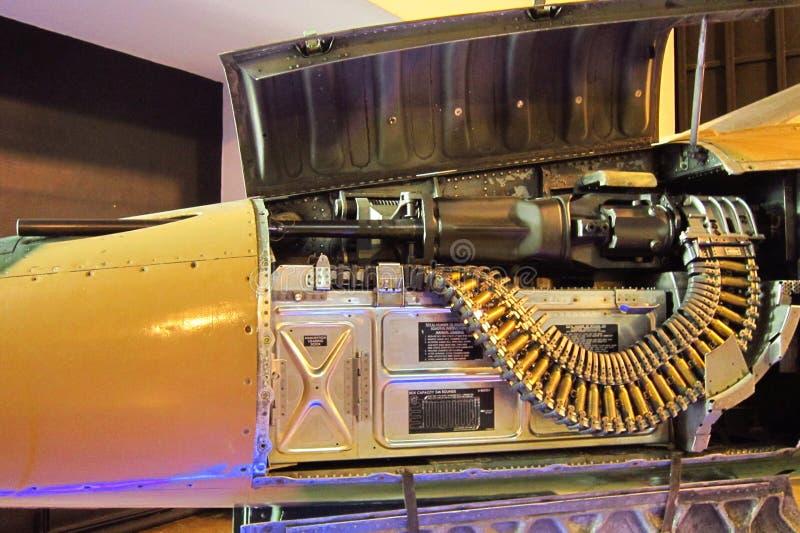 Chiuda sulla mitragliatrice in aereo da caccia immagine stock
