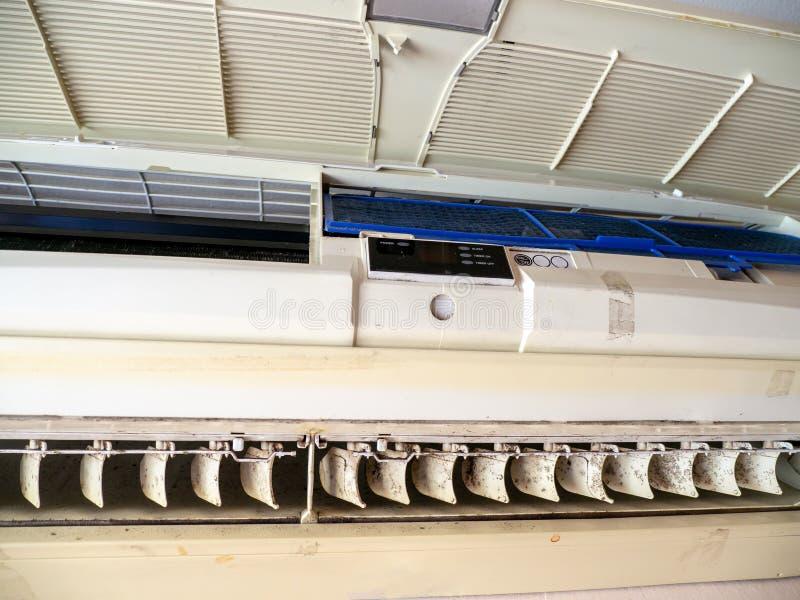 Chiuda sulla muffa nel sistema del condizionatore d'aria Il pericolo e la causa di polmonite e delle malattie respiratorie in cas immagine stock