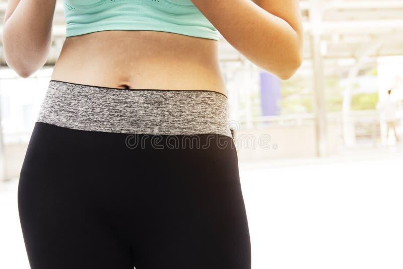 Chiuda sulla pancia di una ragazza di forma fisica fotografia stock libera da diritti