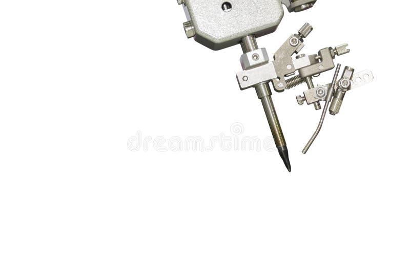Chiuda sulla punta di saldatura del punto di sistema robot di automazione che salda o che salda per il PWB elettrico del circuito fotografia stock