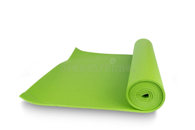 Chiuda sulla stuoia verde di yoga per l'esercizio isolata su fondo bianco fotografie stock