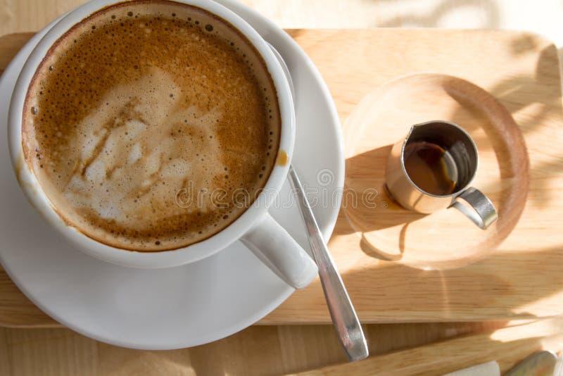 Chiuda sulla tazza di caffè calda con la vista superiore dello sciroppo fotografie stock libere da diritti