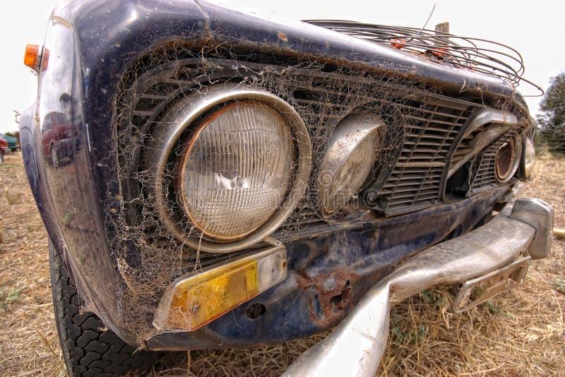 Chiuda sulla vecchia automobile arrugginita fotografia stock