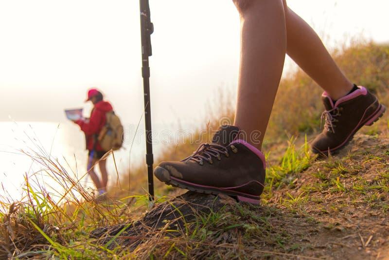 Chiuda sulla viandante della scarpa Giovani donne del gruppo delle viandanti immagine stock