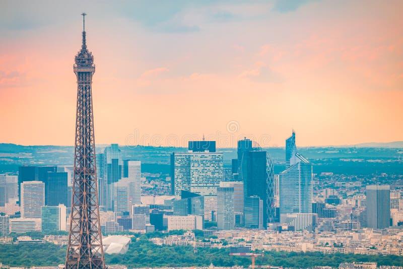 Chiuda sulla vista alla torre Eiffel a Parigi immagine stock libera da diritti