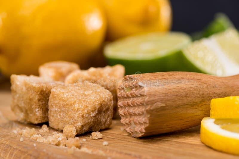 Chiuda sulla vista degli ingredienti per il cocktail di mojito ed il confusionario di legno fotografia stock libera da diritti