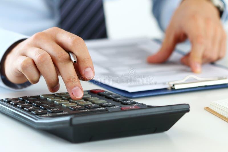 Chiuda sulla vista del contabile o di fabbricazione finanziaria delle mani dell'ispettore fotografie stock libere da diritti