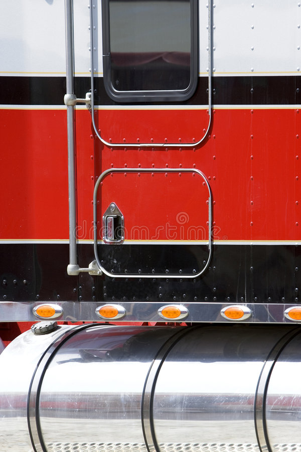 Download Chiuda Sulla Vista Del Lato Di Grande Camion Del Camion Fotografia Stock - Immagine di scarico, rosso: 221926