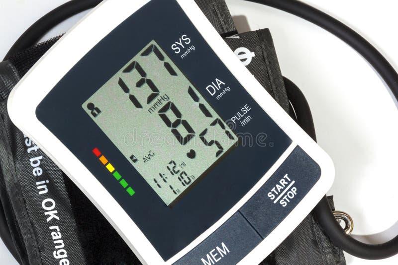 Chiuda sulla vista del polsino e del tubo del monitor di pressione sanguigna immagine stock