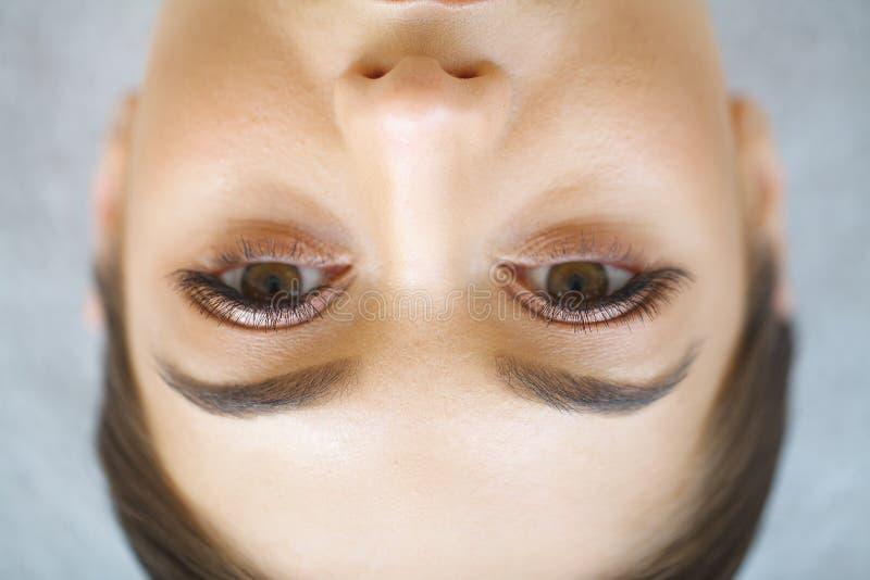 Chiuda sulla vista dell'occhio blu della donna con le belle tonalità dorate e immagine stock libera da diritti