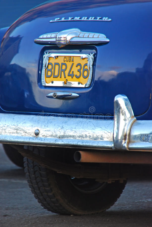 Chiuda sulla vista della parte posteriore di un'automobile classica in Cuba immagini stock