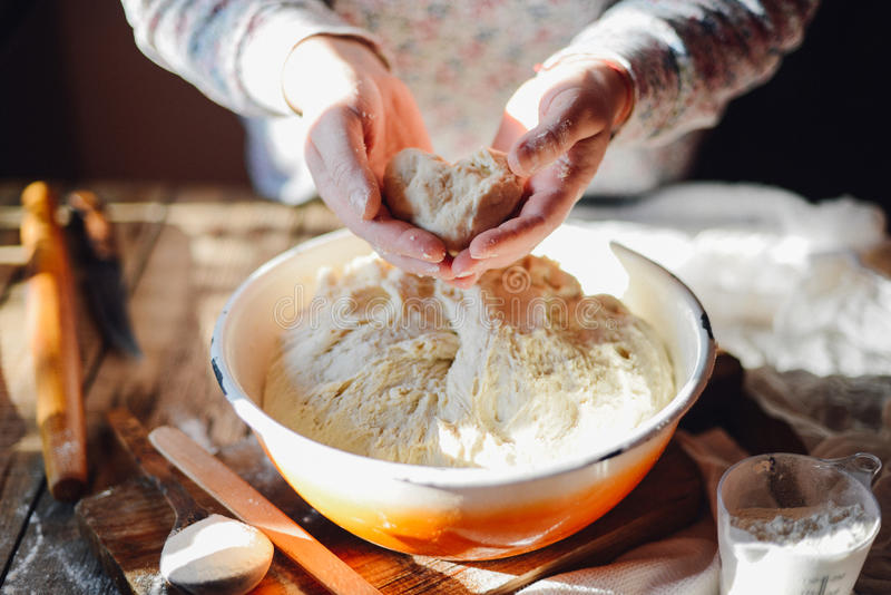 Chiuda sulla vista della pasta d'impastamento del panettiere Pane casalingo Mani pre fotografia stock