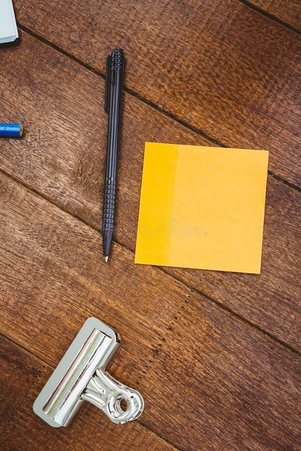 Chiuda sulla vista della penna e del Post-it fotografia stock