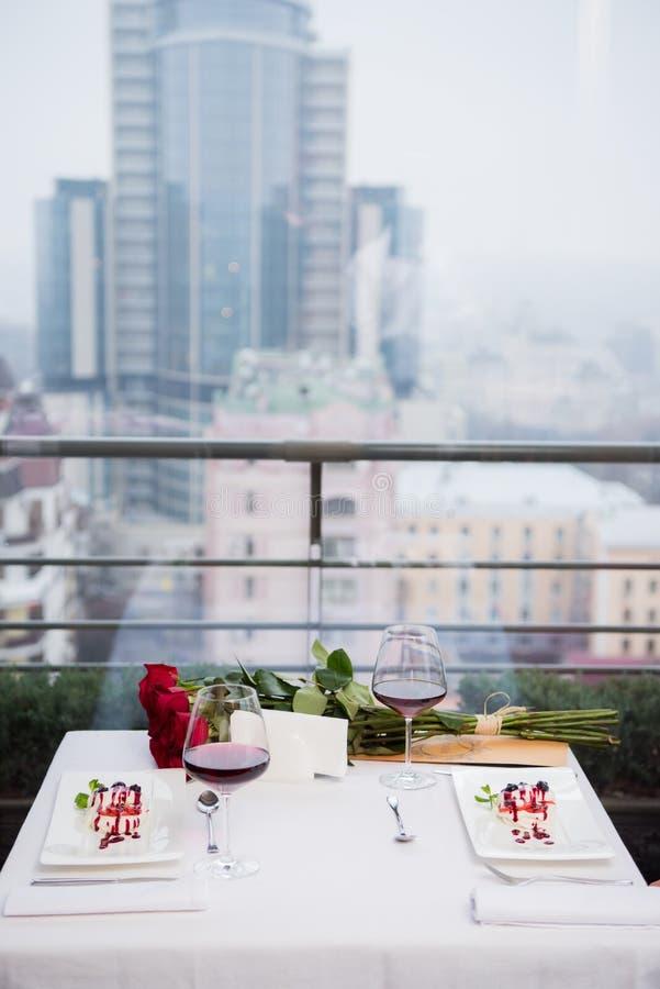 chiuda sulla vista della tavola servita per la data romantica fotografie stock