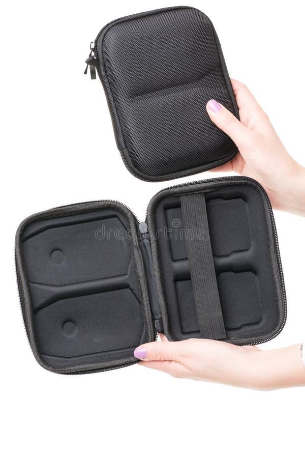 Chiuda sulla vista delle mani della donna che giudicano uno scatola nera aperta ed altra chiusa per le batterie di Lipo per quadc fotografia stock