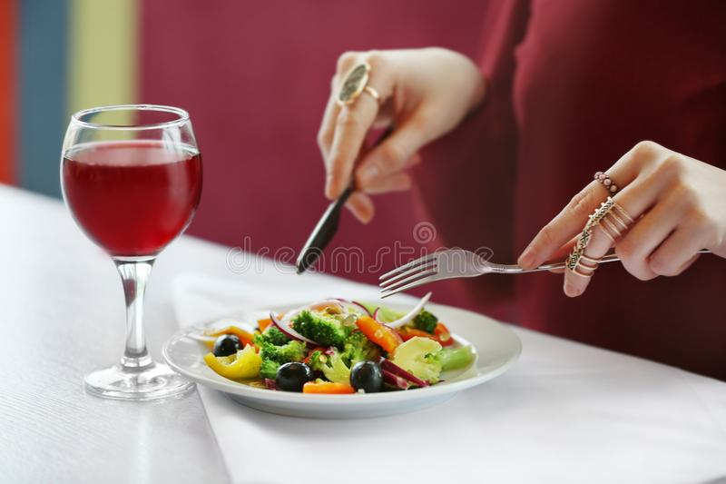 Chiuda sulla vista di pranzare della donna immagini stock