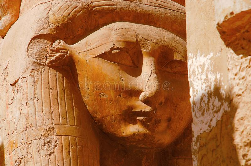 Chiuda sulla vista di un idolo della dea Hathor, la dea della mucca, situata al terzo pavimento del tempio di Hatshepsut fotografia stock
