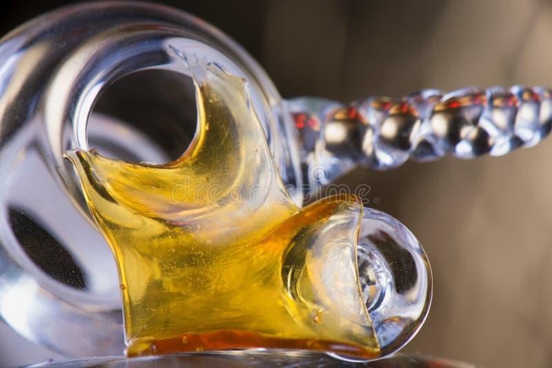 Chiuda sulla vista di un pezzo di pezzo del concentrato dell'olio della cannabis aka fotografie stock