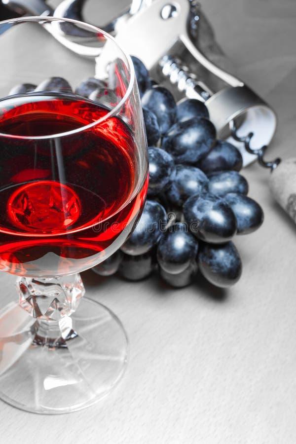 Chiuda sulla vista di un vetro di vino rosso fotografie stock libere da diritti