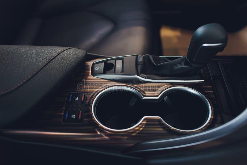 Chiuda sulla vista di uno spostamento del cambio Scatola ingranaggi manuale Dettagli dell'interno dell'automobile Trasmissione de immagini stock