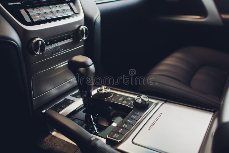 Chiuda sulla vista di uno spostamento del cambio Scatola ingranaggi manuale Dettagli dell'interno dell'automobile Trasmissione de fotografia stock libera da diritti