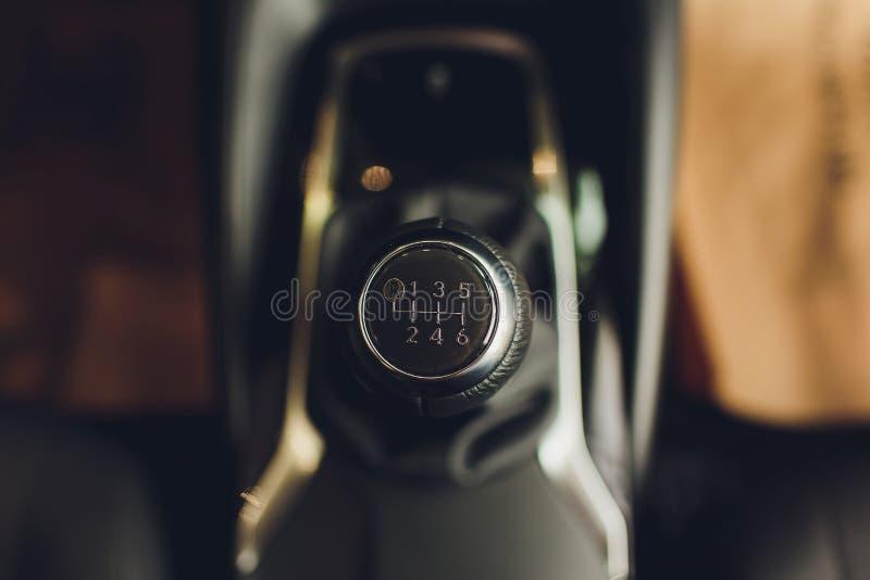 Chiuda sulla vista di uno spostamento del cambio Scatola ingranaggi manuale Dettagli dell'interno dell'automobile Trasmissione de fotografie stock libere da diritti