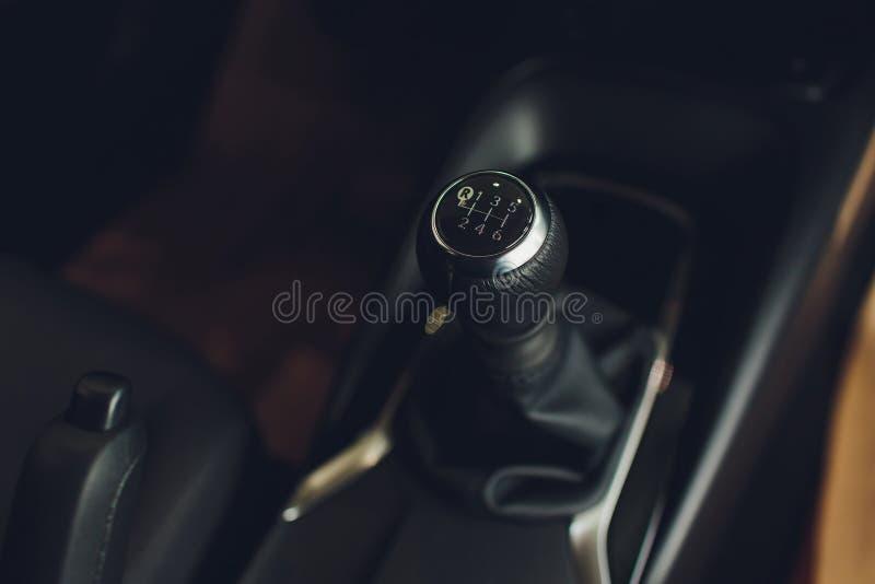 Chiuda sulla vista di uno spostamento del cambio Scatola ingranaggi manuale Dettagli dell'interno dell'automobile Trasmissione de fotografia stock