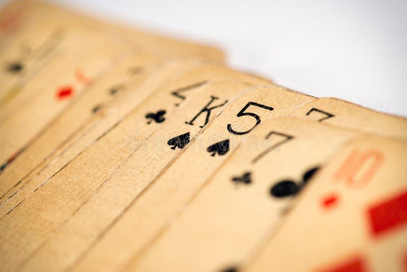 Chiuda sulla vista di vecchie carte da gioco sudicie immagine stock libera da diritti