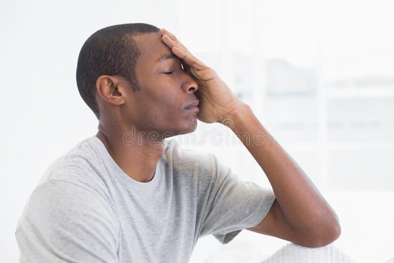 Chiuda sulla vista laterale di giovane uomo premuroso di afro immagine stock