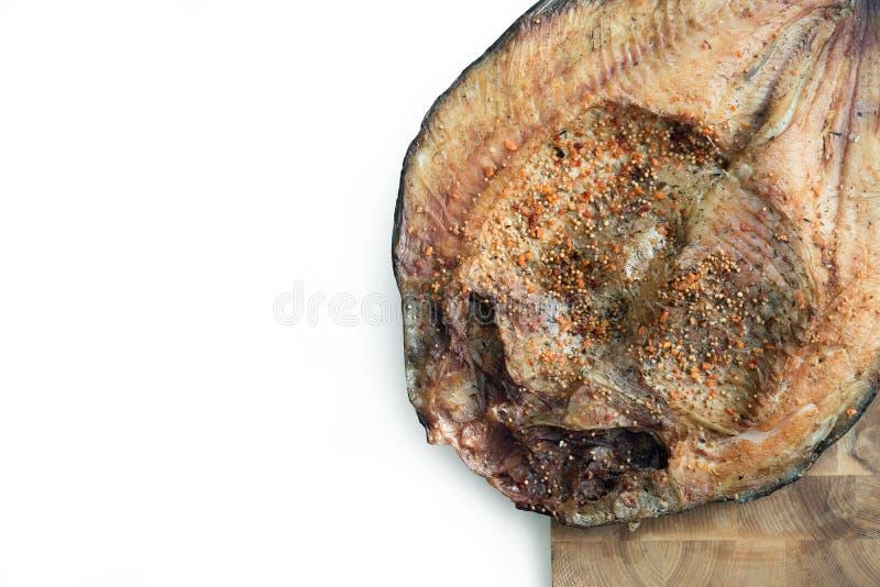 Chiuda sulla vista orizzontale dei filetti di pesce affumicati con il condimento della o fotografia stock