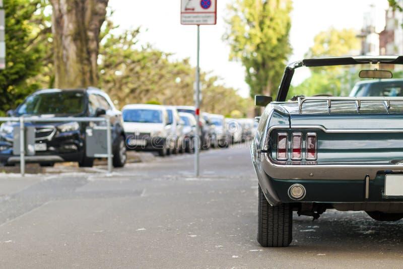 Chiuda sulla vista posteriore di vecchia automobile d'annata nera parcheggiata su una via i fotografia stock