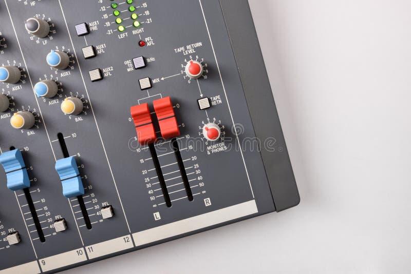Chiuda sulla vista superiore del tecnico del suono sulla tavola bianca immagini stock libere da diritti