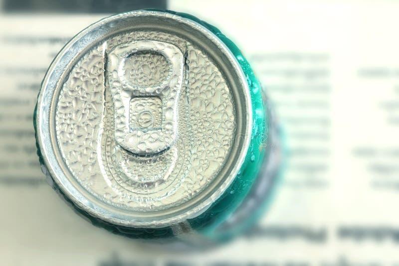 Chiuda sulla vista superiore della bevanda inscatolata verde fresco con condensazione dell'acqua fotografia stock libera da diritti